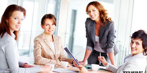 wanita karier mengatur keuangan keluarga