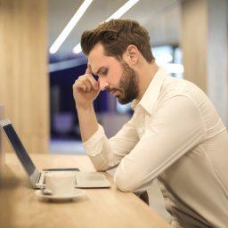 Pria yang stres karena pekerjaan